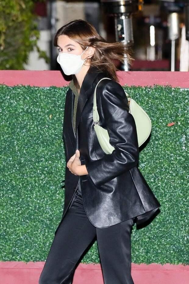 Кайя Гербер в атласных брюках и с самой красивой сумкой лета