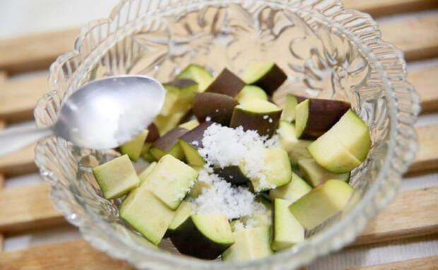 Снимаем солью горечь у баклажанов и делаем главным блюдом на столе