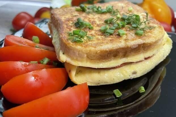 Фото к рецепту: Горячий бутерброд с омлетом, колбасой и сыром