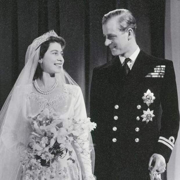 За несколько часов до прощания с принцем Филиппом: представлен ранее неизвестный портрет с Елизаветой II