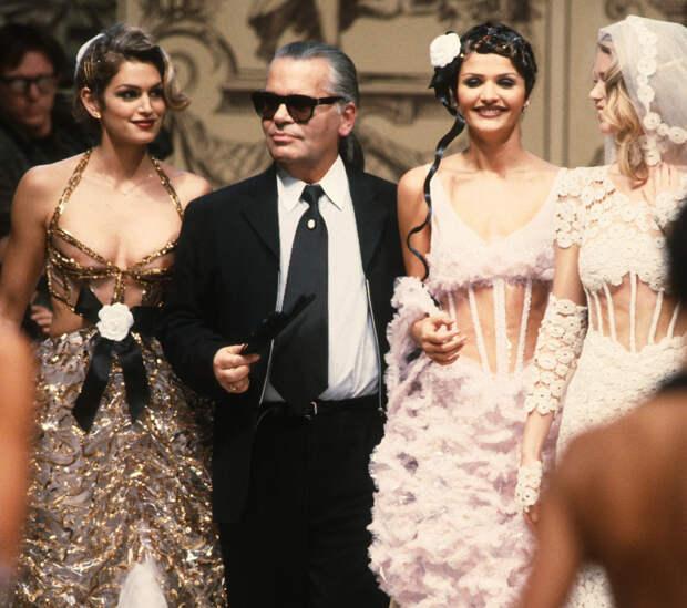 Синди Кроуфорд, Хелена Кристенсен и Клаудия Шиффер с Карлом Лагерфельдом, Chanel Haute Couture, 1993