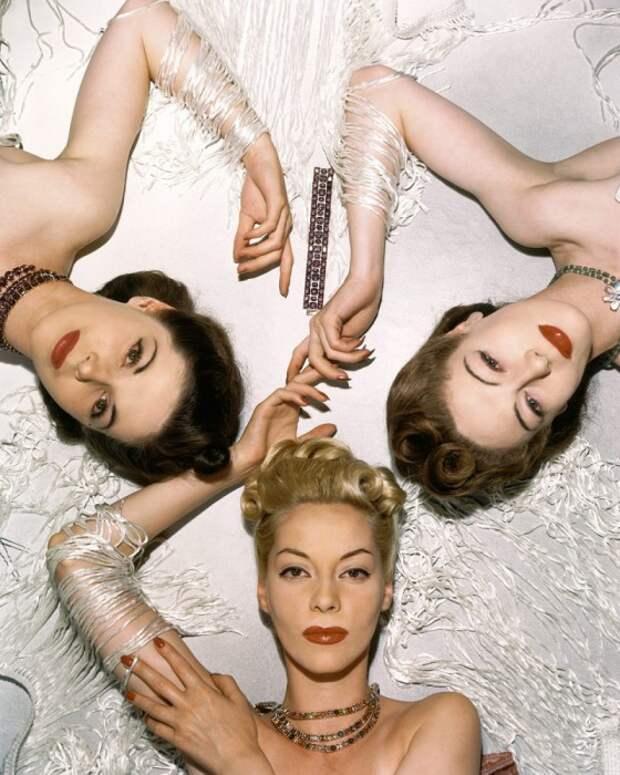 Модели Беттины Болегард, Хелен Беннет и Мюриэль Максвелл для ноябрьского выпуска журнала Vogue 1939 года.