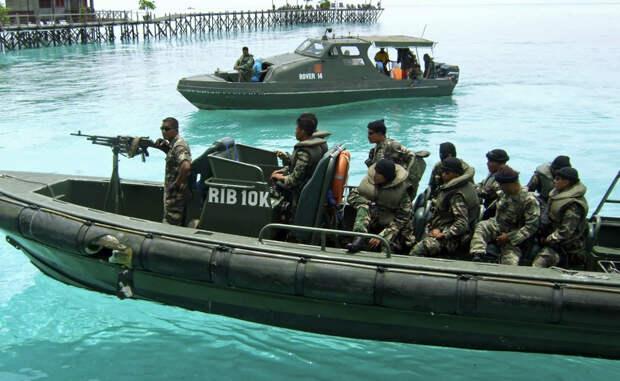 Море Сулавеси Нападений за год: 14 Малазийские солдаты патрулируют акваторию на быстроходных современных катерах. Они хорошо вооружены и прекрасно подготовлены, но, тем не менее, не могут предотвратить все атаки пиратов — которые, между прочим, идут брать добычу на старых моторных лодках.