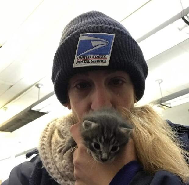 девушка с котенком на руках