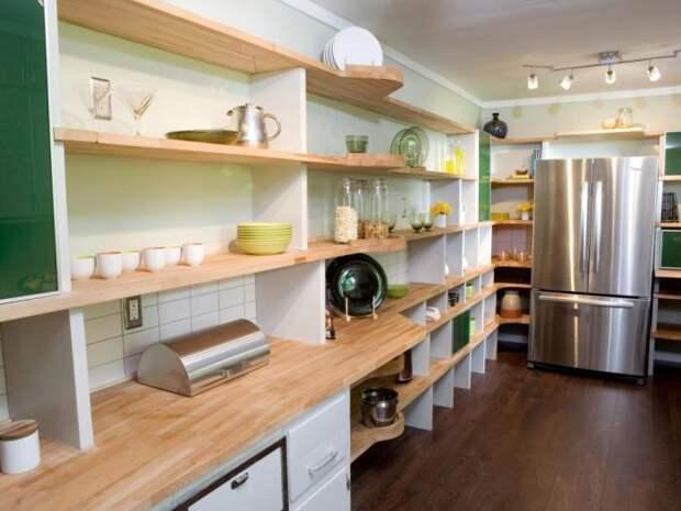 Кухонный гарнитур с открытыми полками.