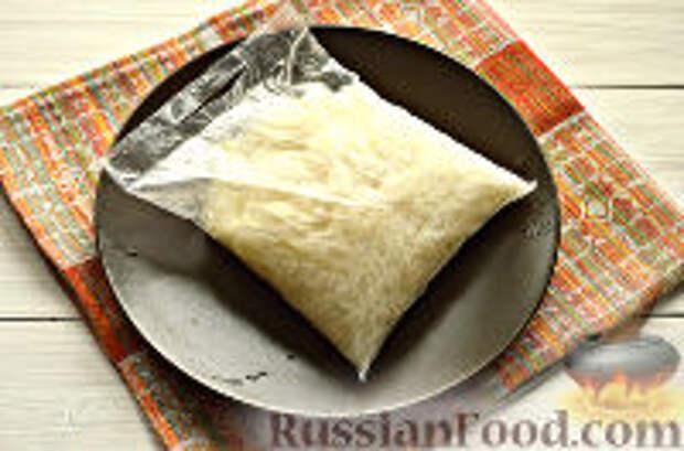 Фото приготовления рецепта: Постные рисовые котлеты с кабачком - шаг №2