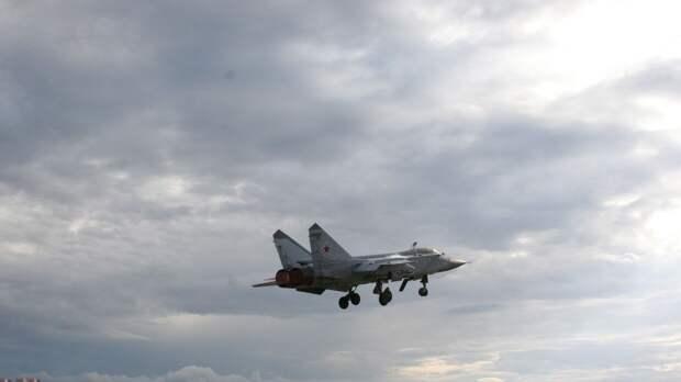 Российский МиГ-31 поднялся в воздух для сопровождения самолета-разведчика ВВС США