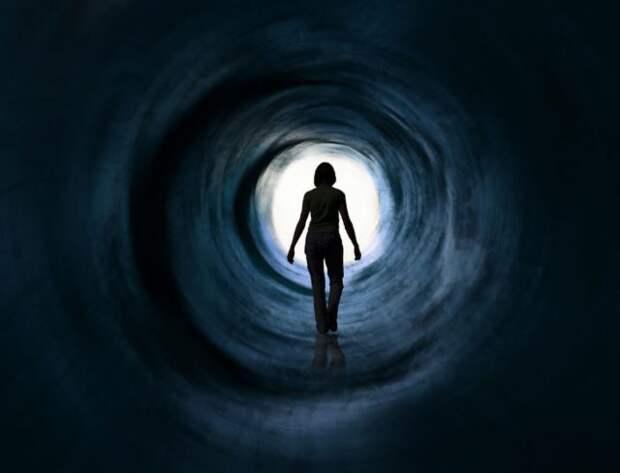 силуэт девушки в тоннеле