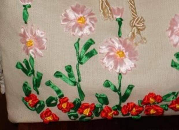 Цветочная вышивка лентами для летней сумки