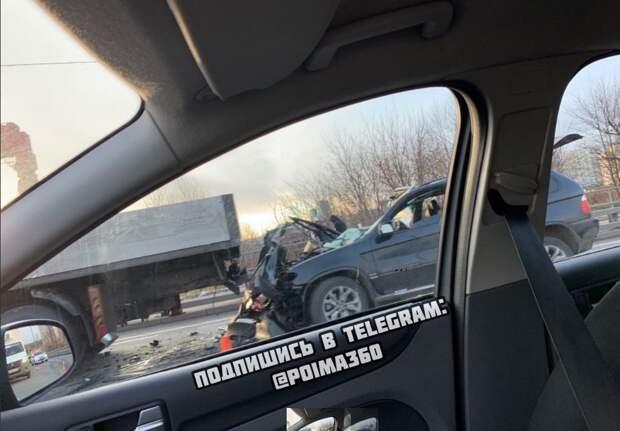 Водитель внедорожника погиб в столкновении с большегрузом на Волоколамском шоссе