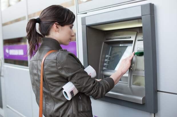 Банки дадут возможность снимать деньги с чужой карты по QR-коду