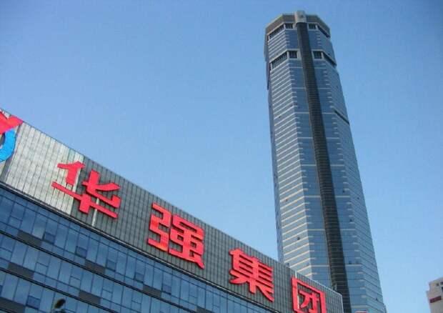 Самый высокий небоскрёб накренился в Китае