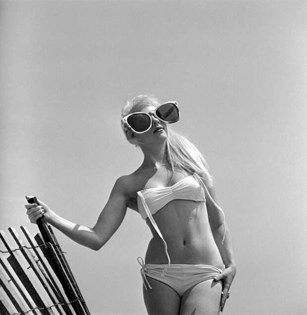 Стрекоза в ожидании лета, чтобы его пропеть. Модель Джун Пикни. США. 1960 г. история, ретро, фото