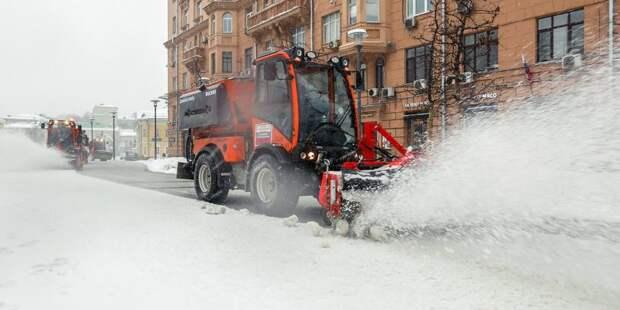 Снежные сугробы в Левобережном убирают двенадцать единиц техники – управа