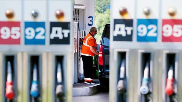 Сотрудник заправляет автомобиль на одной из автозаправочных станций - РИА Новости, 1920, 26.07.2021