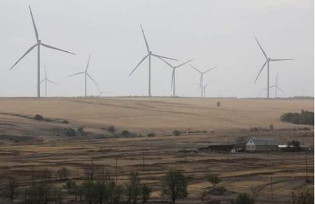 Wind turbines are seen outside the town of Kamensk-Shakhtinsky in Rostov region, Russia September 28, 2020. Picture taken September 28, 2020. REUTERS/Anton Vaganov