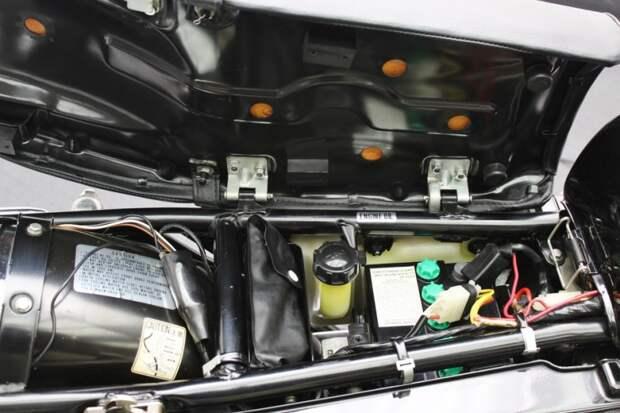 Под откидным сиденьем — бачек для масла, аккумулятор и дорожный инструмент suzuki, мото, мотоцикл, рпд