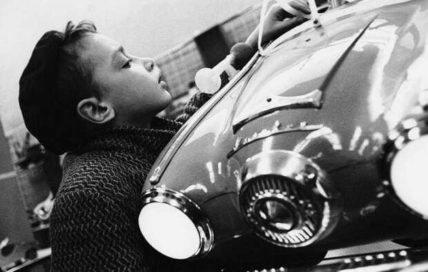 Мальчик собрал макет автомобиля на кружке юного автомобилиста.