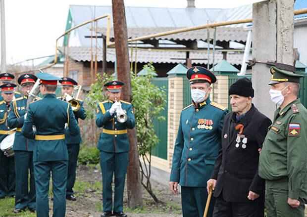 Военнослужащие ЮВО в Карачаево-Черкесии поздравили ветеранов Великой Отечественной войны с Днём Победы