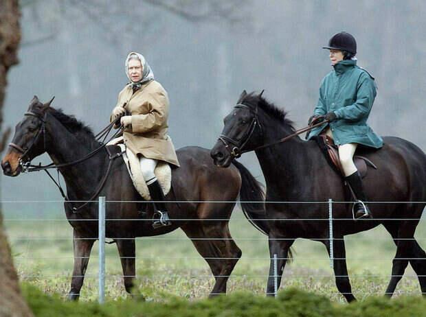 Елизавета II и принцесса Анна, 1 апреля 2002
