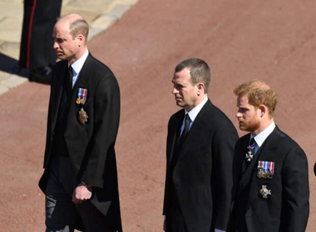 Эксперт по чтению по губам рассказал, о чем беседовали принцы Уильям Гарри на похоронах Филиппа