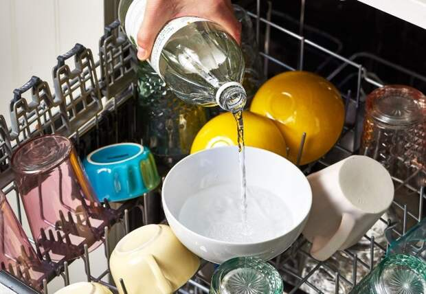 Уксус смешается с водой и поможет удалить загрязнения / Фото: ghard.ru