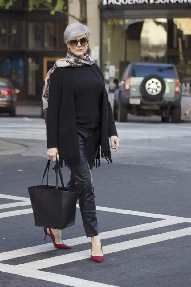 12 образов, с чем носить черную футболку даме 50+