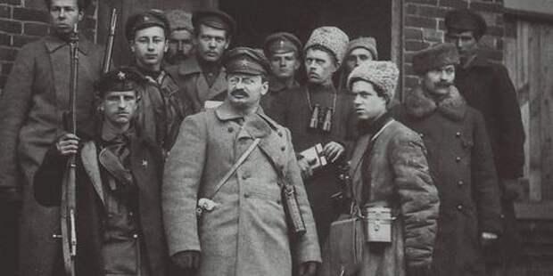 Культ личности Ленина начал развиваться благодаря борьбе за власть между Сталиным и Троцким