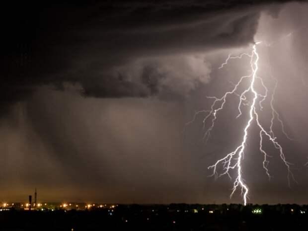 В Петербурге сообщили о пострадавшем в результате второго за сутки грозового шторма
