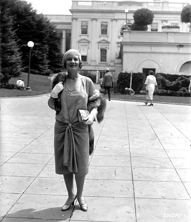 """Обладательница премии """"Оскар"""" Норма Ширер у Белого дома, 24 июля 1929 года Стиль, винтаж, двадцатые, женщина, мода, прошлое, улица, фотография"""