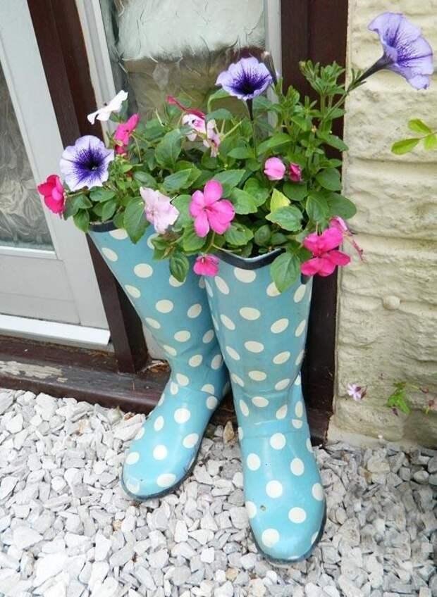 Оригинальная ваза - горшок для цветов из старых сапог