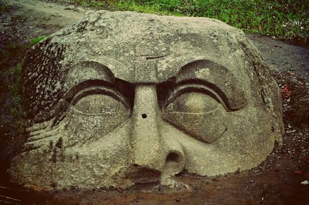Загадочная скульптура в СПБ «Камень-голова»