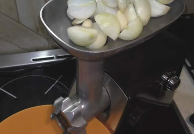Мелем чеснок в мясорубке и замораживаем на зиму: будет как свежий