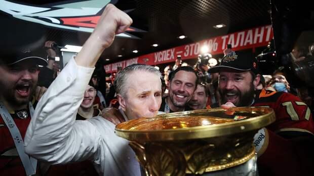 «Кто чемпионы?! Мы чемпионы!» Игроки «Авангарда» залили раздевалку шампанским после победы в Кубке Гагарина: видео