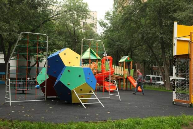 Детские площадки приведут в порядок в Строгине в апреле — Жилищник