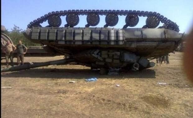 Украинский танк перевернулся припогрузке и раздавил солдата ВСУ
