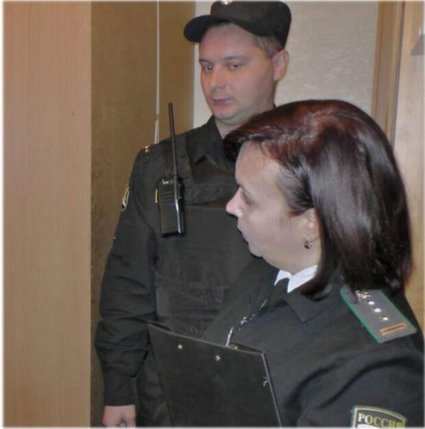 Фото из интернета, для иллюстрации. Вероятно, здесь женщина - пристав... Но другой картинки не нашла.