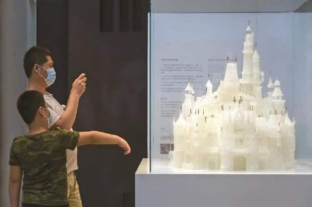 Дети разбили замок из стекла за 65 тысяч долларов