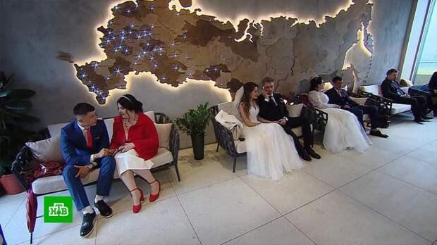 Тридцать пар поженились на канатной дороге в Москве