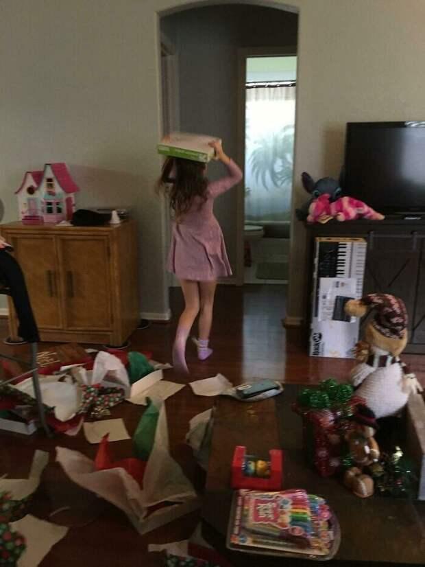 Люди показывают рождественские подарки, которые ихпо-настоящему порадовали