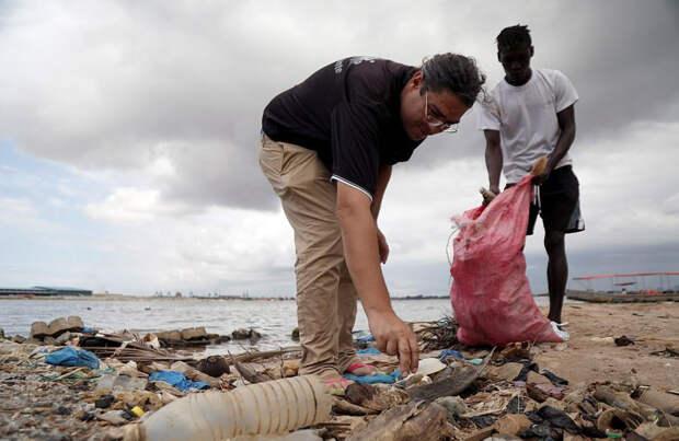 Курорт из 700 000 пластиковых бутылок и мусора