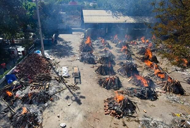 Индия четвертый день бьет рекорд по числу случаев COVID-19. Умерших сжигают прямо на улице