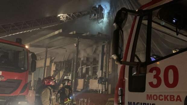 На горящем в Москве складе частично обрушилась кровля
