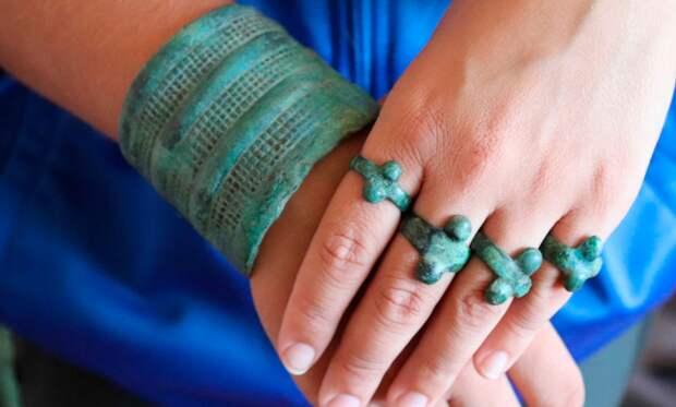 Ученые РАН обнаружили в Хакасии останки  древней женщины с богатыми бронзовыми украшениями