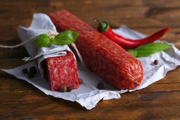 Сырокопченую колбасу можно хранить три месяца. / Фото: agrosmak.ua