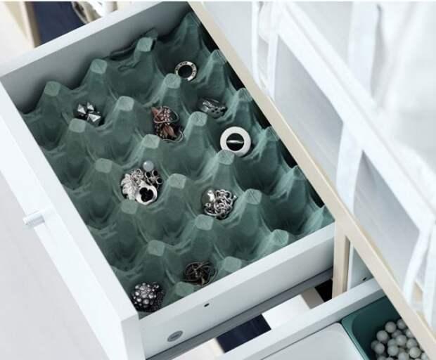 Коробку из-под яиц можно покрасить, поместить в выдвижной ящик и использовать для мелочей