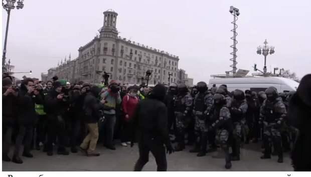 Нападения на мирных протестующих
