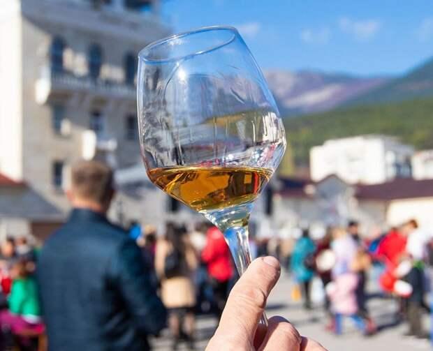 Вино, классическая музыка и природа: как попасть на дегустацию вин в Крыму