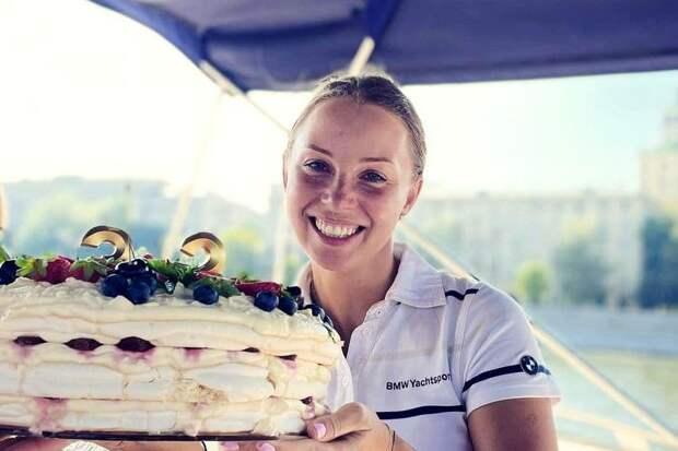 Дибров окунул жену лицом в торт на ее дне рождения