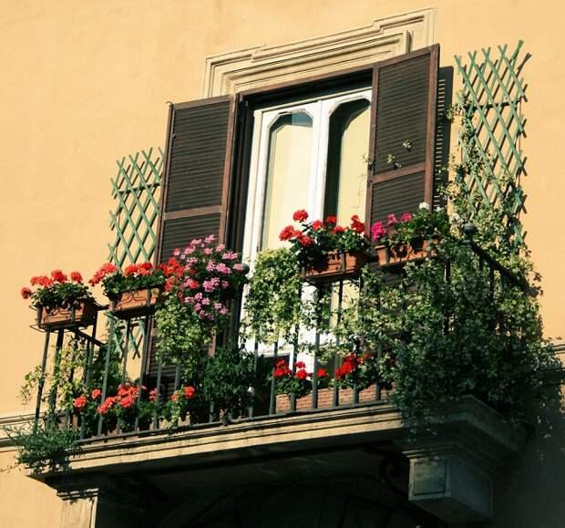 Симпатичная и очень красивая атмосфера на балконе, что понравится и станет находкой.